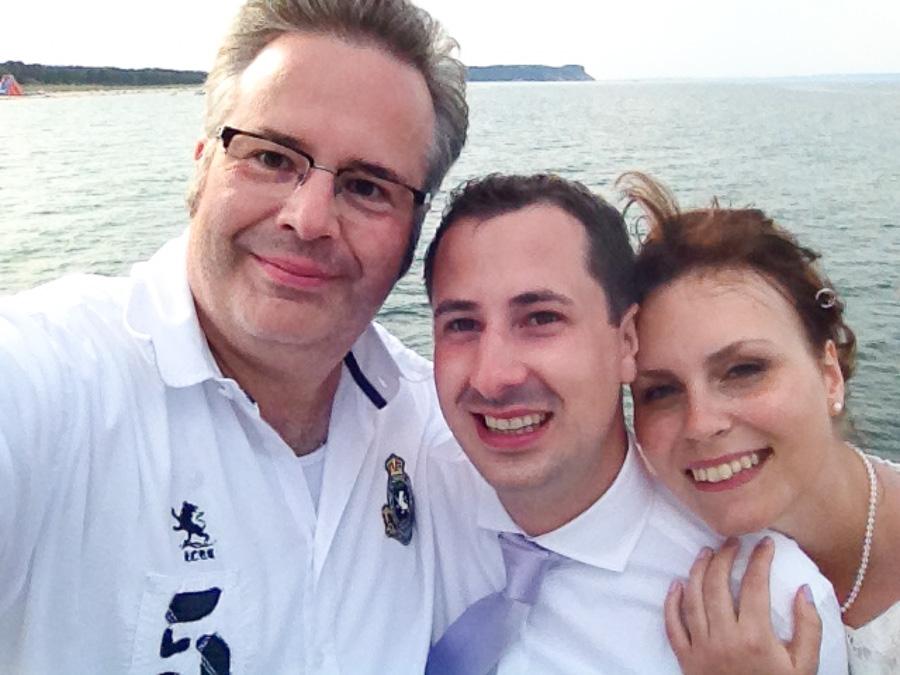 Brautpaar und Hochzeitsfotograf auf Rügen